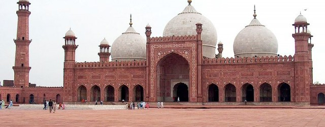 800px-Badshahi_Mosque_July_1_2005_pic32_by_Ali_Imran_(1)